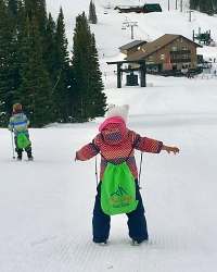 Kids' Club child skiing with backpack
